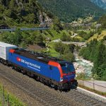 Unter Einbindung des Infrastrukturfonds von der Reichmuth Infrastruktur Schweiz AG hat die LokRoll AG bei Siemens 18 Mehrsystem-Lokomotiven des Typs Vectron bestellt. Sie sind für den grenzüberschreitenden Verkehr auf dem Korridor Deutschland, Österreich, Schweiz und nach Italien vorgesehen. Zusätzlich zu den nationalen Zugsicherungssystemen werden alle Lokomotiven mit dem europäischen Zugsicherungssystem ETCS ausgestattet. Die Loks verfügen über eine maximale Leistung von 6.400 KW und eine Höchstgeschwindigkeit von 160 km/h. LokRoll verleast die Lokomotiven für 15 Jahre an das Schweizer Gütertransport-unternehmen SBB Cargo International. Together with the infrastructure fund of Reichmuth Infrastruktur Schweiz AG, the leasing company LokRoll AG has ordered 18 multisystem Vectron locomotives from Siemens. They will be used for cross-border operation along the Germany-Austria-Switzerland-Italy corridor. In addition to having national train control systems, all locomotives will also be equipped with the European Train Control System (ETCS). The locomotives will have a maximum output of 6,400 KW and a top speed of 160 km/h. LokRoll will lease the locomotives to the Swiss freight transport firm SBB Cargo International for a period of 15 years.